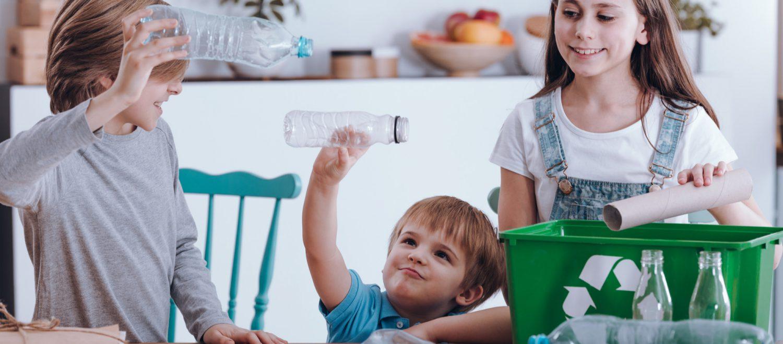 Jak sortować śmieci z dzieckiem? Sprytne patenty, by wyrobić w nim zdrowe nawyki
