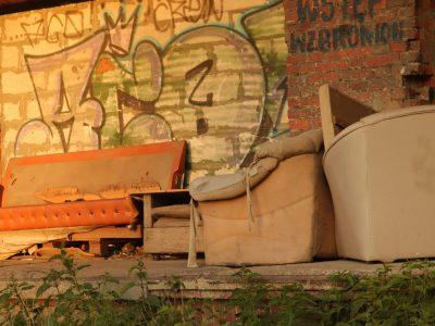 Stare meble, które powinny zostać wywiezione do Punktu Selektywnej Zbiórki Odpadów Komunalnych