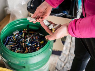 Punkt recyklingu baterii w sklepie