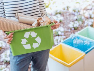 Kosze na papier i inne śmieci poddawane recyklingowi