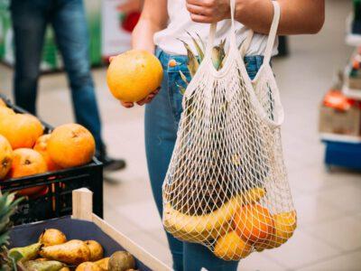 Torba wielorazowa na zakupy - jeden ze sposobów, jak produkować mniej śmieci